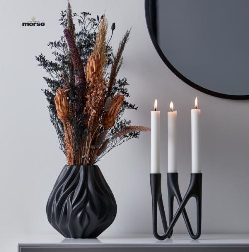 Morsø Flamestage og Roots vase, hvor vasens organiske mønster leder tankerne hen på ild og flammer. Formen og mønsterets, gør den smuk og skulpturel
