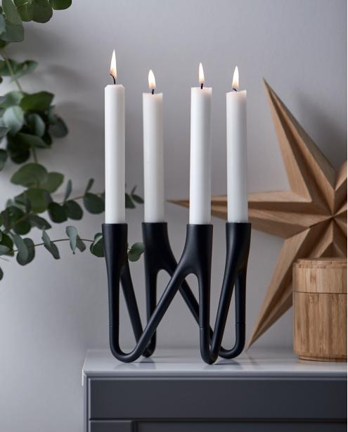 Morsø Roots adventsstage, Den smukke lysestage i sort med 4 arme er oplagt som årets adventsstage. Den vil bidrage til julehyggen