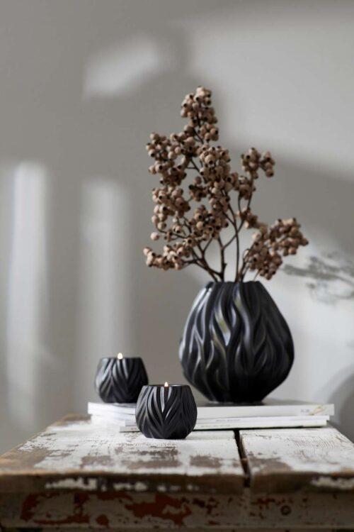 Morsø vase og fyrfadslys i sort, er en af nyheder fra Morsø fra den fra Flame serien. Et meget flot og dekorativt sæt som passer ind rigtig mange steder