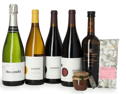 Vinsampak spanske vin og delikatesser, en lækker sampak med mange gode produkter, forskellige vine, bobler, tapenade og olivenolie, høj kvalitet.