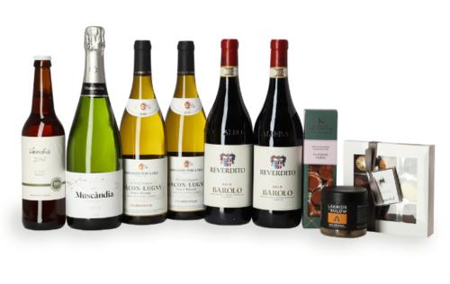 Vinsampak med Barolo vin. Flote sampak med vin fra blandt andet Barolo, fransk hvidvin og cava fra Spanien. Dertil danske knas i topkvalitet