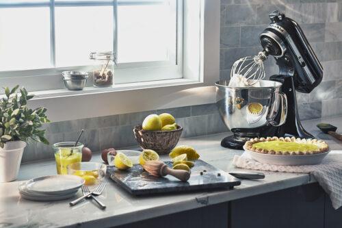 KitchenAid køkkenmaskine Artisan sort behøver næsten ingen præsentation. I 1919 kom KitchenAid en banebrydende maskine til verden og så dagens lys