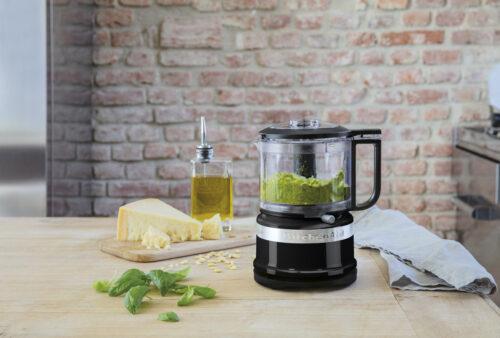 KitchenAid mini foodprocessor 830 ml. Den perfekte størrelse og makker til hverdagsbrug i køkkenet, til hurtig mix og bidrager til en masse velsmag. Nem og enkel at anvende.