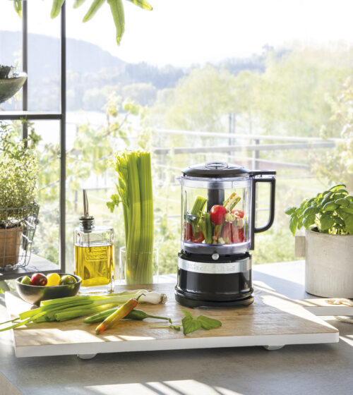 KitchenAid mellemstor foodprocessor i sort, 1,19 L , er ikke kun med den perfekte størrelse til hverdagsbrug. En stor hjælp i køkkenet og super funktionel.
