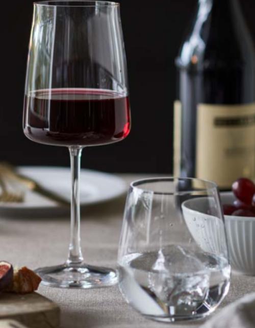 Lyngby glas rødvin eller hvidvin, fra Zero serien. Med sine enestående, elegante linjer ren skønhedfor både sanser og samvittighed, produceres CO2-neutralt.