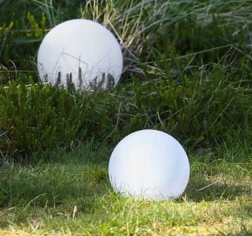 Villa Collection led kugler i 3 størrelser.Solcellekugler til haven, giver et varmt, hvidt lys. Ca. 8 timers fuld opladning i dagslys, brændetid ca 6 timer