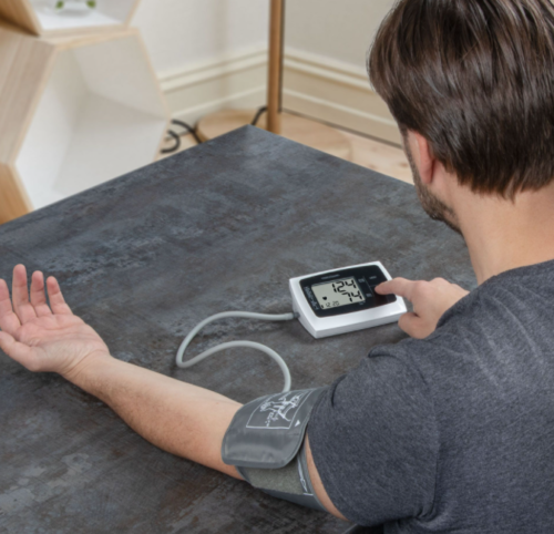 Profi Care Blodtryksmåler i hvid er fuldautomatisk. Den kan både tage blodtryk og pulsmåling. Præcist og hurtigt kan den måle det ved hjælp af overarmen.