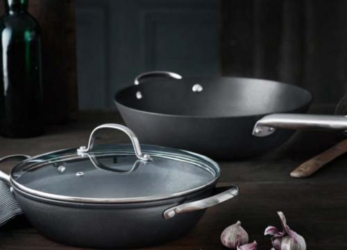 Pillivuyt gourmet gryde og wok. Er du til en saftig steak, simreretter, lynstegt en wok ret, der kræver høj temperatur. Så er støbejern sagen.