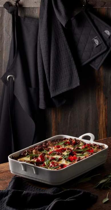 Pillivuyt Lasagnefad og Køkkentekstiler, mad tilberedes bedst i smukke omgivelser og imponerer ved en flot servering. Lasagnefad og tekstilsæt